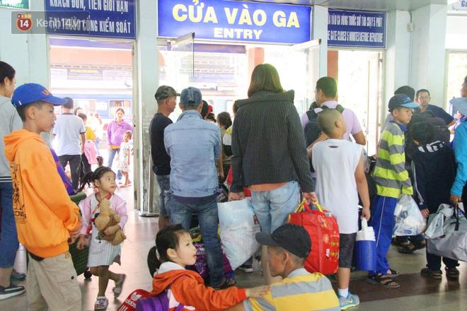 Ảnh: Hàng trăm người đem chiếu nằm ngủ, vật vờ đợi tàu về quê ăn Tết giữa cái nóng gay gắt tại ga Sài Gòn - ảnh 15