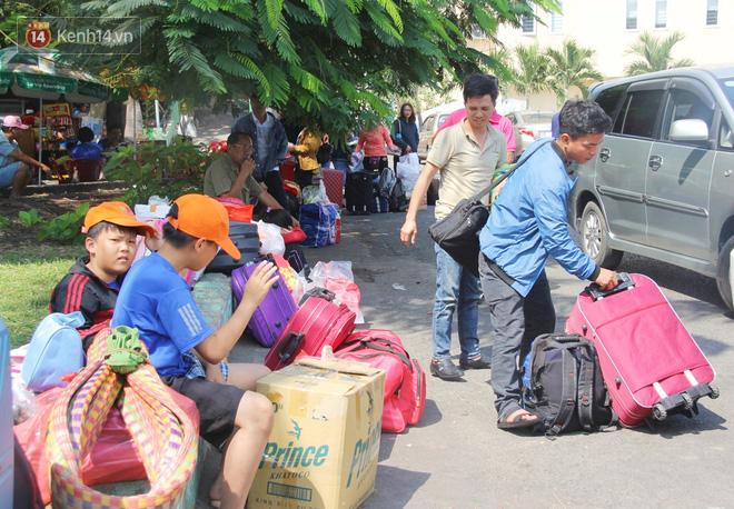 Ảnh: Hàng trăm người đem chiếu nằm ngủ, vật vờ đợi tàu về quê ăn Tết giữa cái nóng gay gắt tại ga Sài Gòn - ảnh 9
