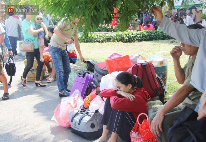 Ảnh: Hàng trăm người đem chiếu nằm ngủ, vật vờ đợi tàu về quê ăn Tết giữa cái nóng gay gắt tại ga Sài Gòn - ảnh 10