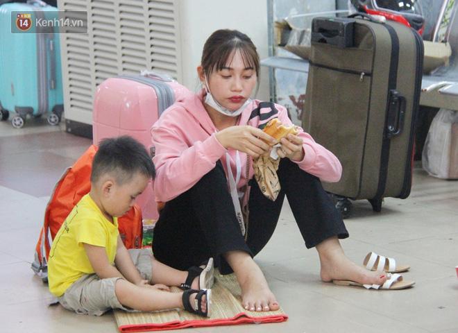 Ảnh: Hàng trăm người đem chiếu nằm ngủ, vật vờ đợi tàu về quê ăn Tết giữa cái nóng gay gắt tại ga Sài Gòn - ảnh 6
