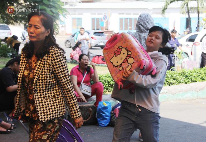 Ảnh: Hàng trăm người đem chiếu nằm ngủ, vật vờ đợi tàu về quê ăn Tết giữa cái nóng gay gắt tại ga Sài Gòn - ảnh 12