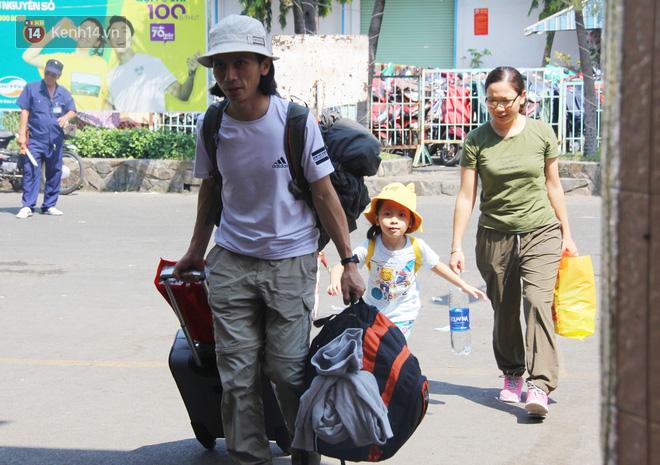 Ảnh: Hàng trăm người đem chiếu nằm ngủ, vật vờ đợi tàu về quê ăn Tết giữa cái nóng gay gắt tại ga Sài Gòn - ảnh 11