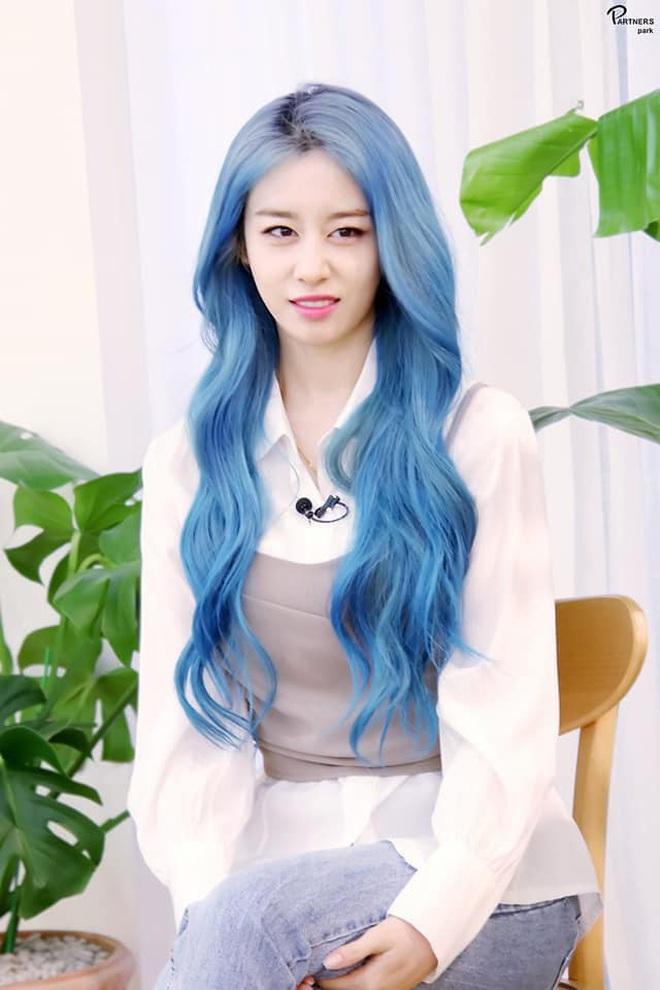 Tung bộ ảnh tóc xanh đẹp xuất thần, Jiyeon gây sốt MXH, khiến dân tình tiếc nuối: Biết thế nhuộm tóc xanh chơi Tết - ảnh 16