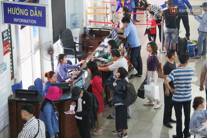 Ảnh: Hàng trăm người đem chiếu nằm ngủ, vật vờ đợi tàu về quê ăn Tết giữa cái nóng gay gắt tại ga Sài Gòn - ảnh 5