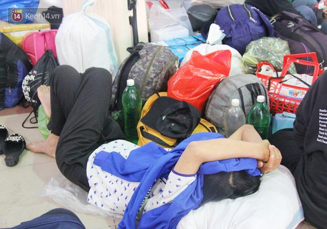 Ảnh: Hàng trăm người đem chiếu nằm ngủ, vật vờ đợi tàu về quê ăn Tết giữa cái nóng gay gắt tại ga Sài Gòn - ảnh 3