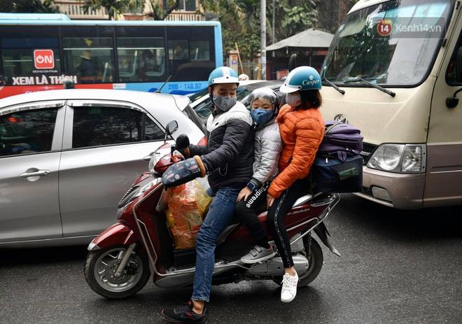 Chùm ảnh: Trẻ nhỏ trùm chăn, khoác áo mưa chật vật theo chân bố mẹ rời Thủ đô về quê ăn Tết - ảnh 4