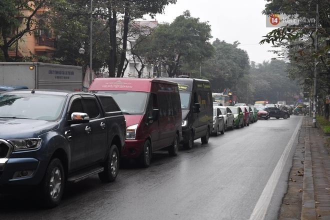Chùm ảnh: Trẻ nhỏ trùm chăn, khoác áo mưa chật vật theo chân bố mẹ rời Thủ đô về quê ăn Tết - ảnh 6