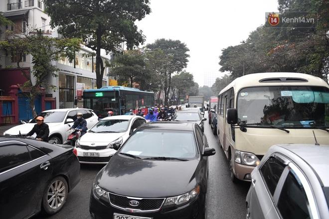 Chùm ảnh: Trẻ nhỏ trùm chăn, khoác áo mưa chật vật theo chân bố mẹ rời Thủ đô về quê ăn Tết - ảnh 5