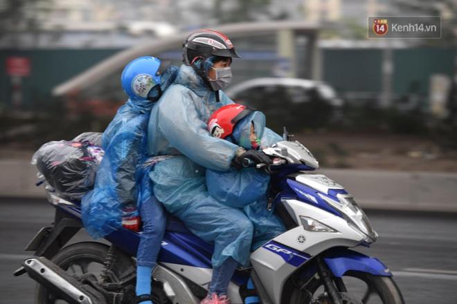 Chùm ảnh: Trẻ nhỏ trùm chăn, khoác áo mưa chật vật theo chân bố mẹ rời Thủ đô về quê ăn Tết - ảnh 1