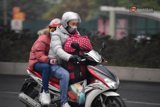 Chùm ảnh: Trẻ nhỏ trùm chăn, khoác áo mưa chật vật theo chân bố mẹ rời Thủ đô về quê ăn Tết - ảnh 3