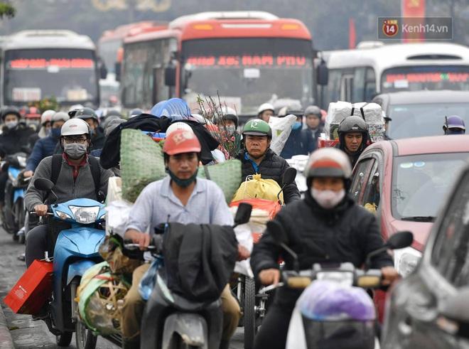 Chùm ảnh: Trẻ nhỏ trùm chăn, khoác áo mưa chật vật theo chân bố mẹ rời Thủ đô về quê ăn Tết - ảnh 21