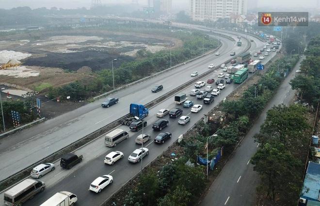 Chùm ảnh: Trẻ nhỏ trùm chăn, khoác áo mưa chật vật theo chân bố mẹ rời Thủ đô về quê ăn Tết - ảnh 18