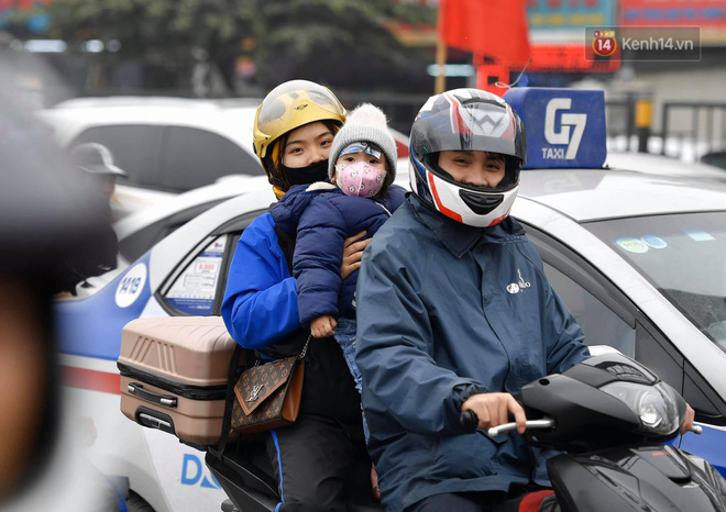 Chùm ảnh: Trẻ nhỏ trùm chăn, khoác áo mưa chật vật theo chân bố mẹ rời Thủ đô về quê ăn Tết - ảnh 16