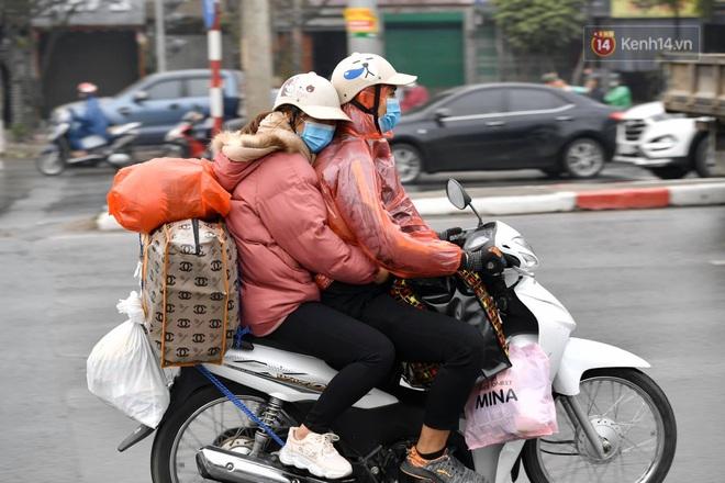 Chùm ảnh: Trẻ nhỏ trùm chăn, khoác áo mưa chật vật theo chân bố mẹ rời Thủ đô về quê ăn Tết - ảnh 11