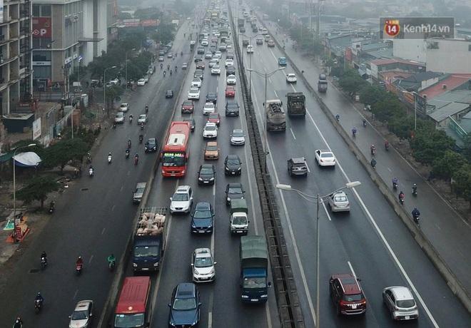 Chùm ảnh: Trẻ nhỏ trùm chăn, khoác áo mưa chật vật theo chân bố mẹ rời Thủ đô về quê ăn Tết - ảnh 17