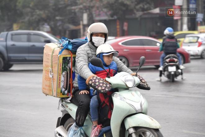Chùm ảnh: Trẻ nhỏ trùm chăn, khoác áo mưa chật vật theo chân bố mẹ rời Thủ đô về quê ăn Tết - ảnh 10