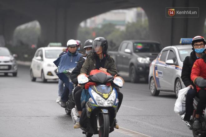 Chùm ảnh: Trẻ nhỏ trùm chăn, khoác áo mưa chật vật theo chân bố mẹ rời Thủ đô về quê ăn Tết - ảnh 2