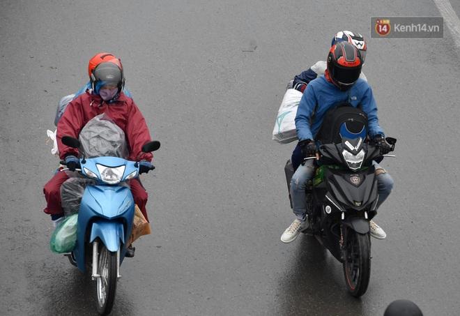 Chùm ảnh: Trẻ nhỏ trùm chăn, khoác áo mưa chật vật theo chân bố mẹ rời Thủ đô về quê ăn Tết - ảnh 8
