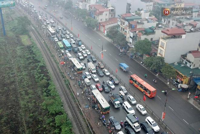 Chùm ảnh: Trẻ nhỏ trùm chăn, khoác áo mưa chật vật theo chân bố mẹ rời Thủ đô về quê ăn Tết - ảnh 20