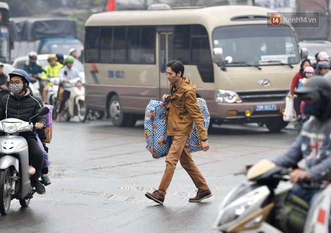 Chùm ảnh: Trẻ nhỏ trùm chăn, khoác áo mưa chật vật theo chân bố mẹ rời Thủ đô về quê ăn Tết - ảnh 12
