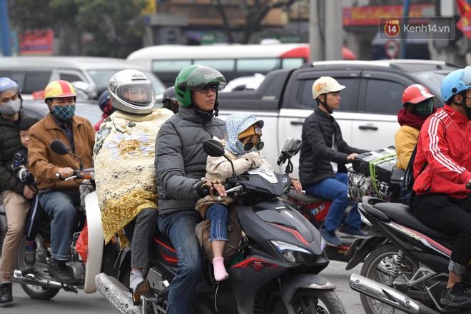 Chùm ảnh: Trẻ nhỏ trùm chăn, khoác áo mưa chật vật theo chân bố mẹ rời Thủ đô về quê ăn Tết - ảnh 15