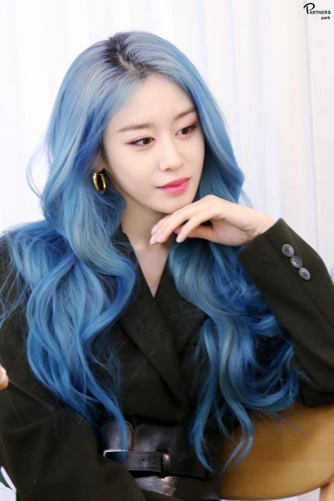 Tung bộ ảnh tóc xanh đẹp xuất thần, Jiyeon gây sốt MXH, khiến dân tình tiếc nuối: Biết thế nhuộm tóc xanh chơi Tết - ảnh 1