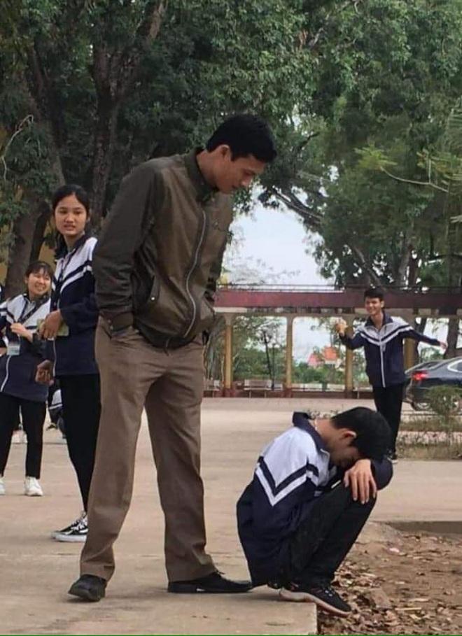28 Tết vẫn phải đi học lại còn kiểm tra 15 phút, cậu học trò suy sụp ôm đầu ngồi khóc trong cái nhìn đầy thương cảm của thầy giáo - ảnh 3