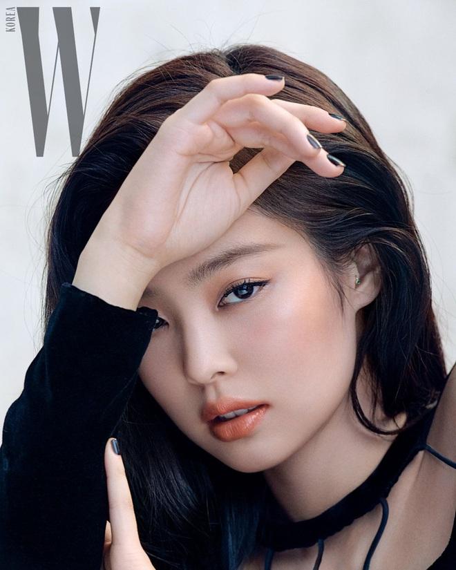 Chanel sống Jennie (BLACKPINK) khiến dân tình ngất ngây với bộ ảnh tạp chí sang hết cỡ, khoe khéo vòng 1 nóng bỏng - ảnh 3