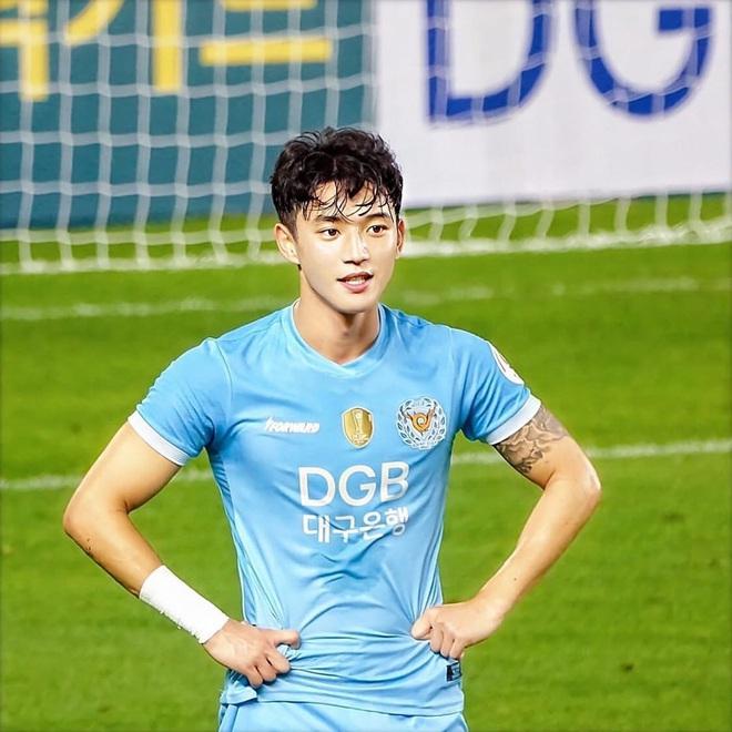 Cầu thủ đẹp trai nhất Hàn Quốc tiếp tục gây sốt tại giải U23 châu Á, được báo chí quê nhà khen ngợi: Chỉ 3 giây lên hình, cậu ấy đã khiến tất cả trầm trồ - ảnh 5