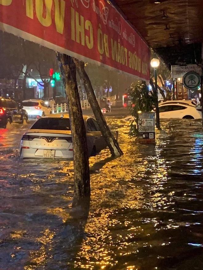 Ác mộng nước ngập đêm 30 Tết: Nước đục ngàu tràn vào nhà, đêm giao thừa bì bõm lội nước chờ đón pháo hoa - Ảnh 3.