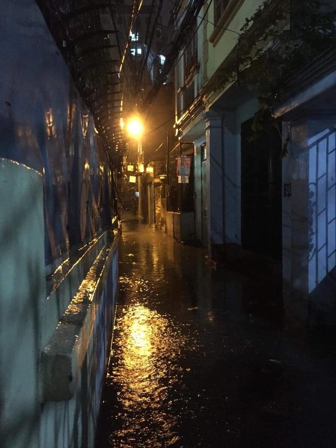 Ác mộng nước ngập đêm 30 Tết: Nước đục ngàu tràn vào nhà, đêm giao thừa bì bõm lội nước chờ đón pháo hoa - Ảnh 4.