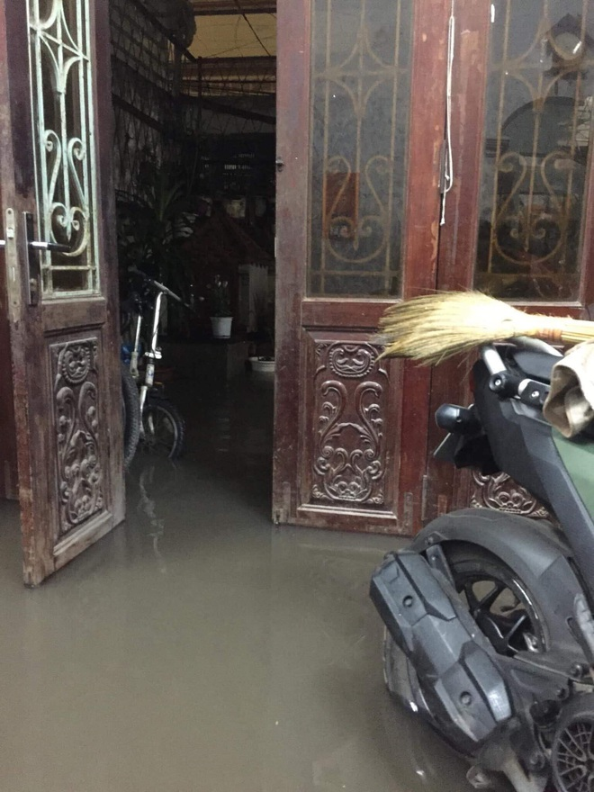 Ác mộng nước ngập đêm 30 Tết: Nước đục ngàu tràn vào nhà, đêm giao thừa bì bõm lội nước chờ đón pháo hoa - Ảnh 2.