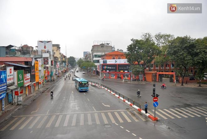Ảnh: Nhà nhà tiễn năm cũ, đường phố Hà Nội vắng vẻ lạ thường ngày 30 Tết - ảnh 6