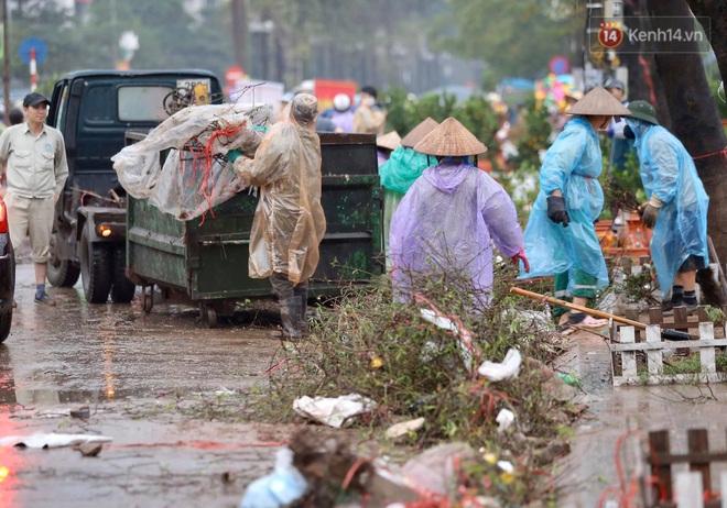 Hà Nội: Mưa gió chiều 30 Tết lại bị ép giá, người buôn đào quất quyết vặt trụi hoa quả và bỏ lại núi rác - ảnh 7