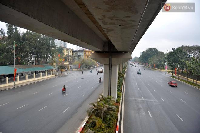 Ảnh: Nhà nhà tiễn năm cũ, đường phố Hà Nội vắng vẻ lạ thường ngày 30 Tết - ảnh 4