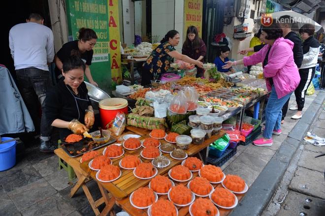 Người dân Hà Nội chen chúc mua gà luộc xôi gấc giá gần 1 triệu để cúng giao thừa, người bán sắp lễ không ngớt tay - ảnh 12