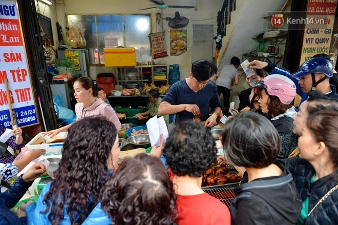 Người dân Hà Nội chen chúc mua gà luộc xôi gấc giá gần 1 triệu để cúng giao thừa, người bán sắp lễ không ngớt tay - ảnh 15