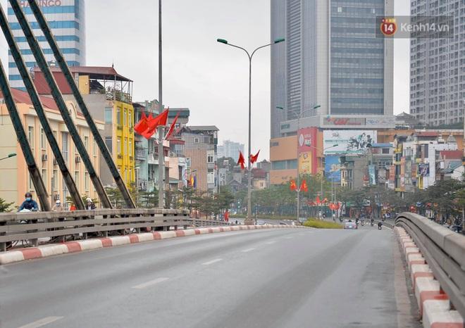 Ảnh: Nhà nhà tiễn năm cũ, đường phố Hà Nội vắng vẻ lạ thường ngày 30 Tết - ảnh 3