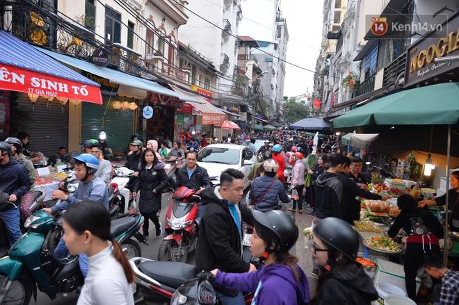 Người dân Hà Nội chen chúc mua gà luộc xôi gấc giá gần 1 triệu để cúng giao thừa, người bán sắp lễ không ngớt tay - ảnh 16