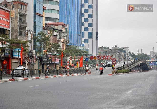 Ảnh: Nhà nhà tiễn năm cũ, đường phố Hà Nội vắng vẻ lạ thường ngày 30 Tết - ảnh 2
