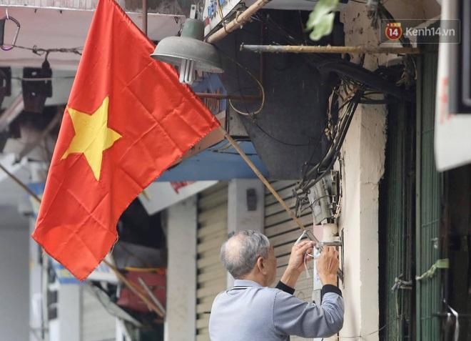 Ảnh: Nhà nhà tiễn năm cũ, đường phố Hà Nội vắng vẻ lạ thường ngày 30 Tết - ảnh 13