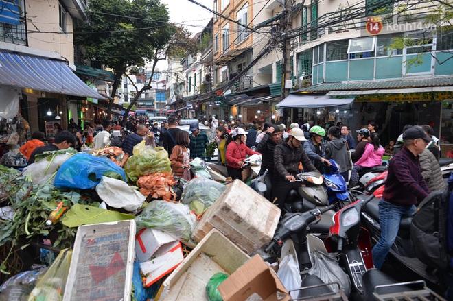 Người dân Hà Nội chen chúc mua gà luộc xôi gấc giá gần 1 triệu để cúng giao thừa, người bán sắp lễ không ngớt tay - ảnh 17