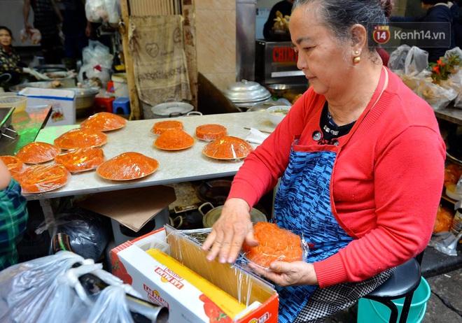 Người dân Hà Nội chen chúc mua gà luộc xôi gấc giá gần 1 triệu để cúng giao thừa, người bán sắp lễ không ngớt tay - ảnh 14