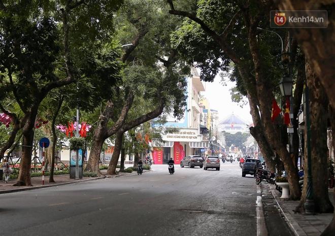 Ảnh: Nhà nhà tiễn năm cũ, đường phố Hà Nội vắng vẻ lạ thường ngày 30 Tết - ảnh 10