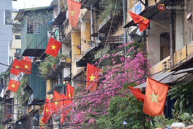 Ảnh: Nhà nhà tiễn năm cũ, đường phố Hà Nội vắng vẻ lạ thường ngày 30 Tết - ảnh 12