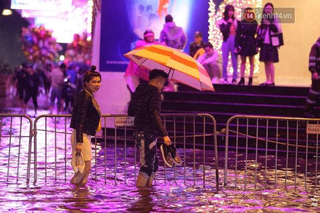 Ác mộng nước ngập đêm 30 Tết: Nước đục ngàu tràn vào nhà, đêm giao thừa bì bõm lội nước chờ đón pháo hoa - Ảnh 11.