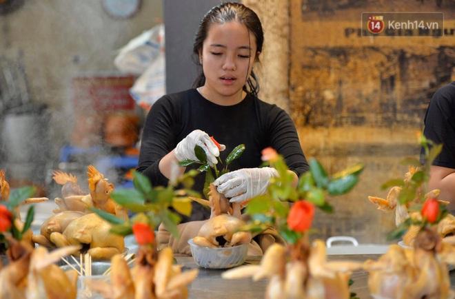 Người dân Hà Nội chen chúc mua gà luộc xôi gấc giá gần 1 triệu để cúng giao thừa, người bán sắp lễ không ngớt tay - ảnh 3
