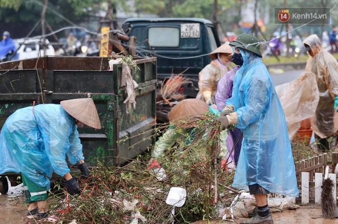 Hà Nội: Mưa gió chiều 30 Tết lại bị ép giá, người buôn đào quất quyết vặt trụi hoa quả và bỏ lại núi rác - ảnh 9