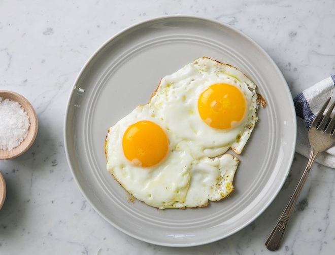 Bác sĩ khuyến cáo: Nếu không muốn ăn Tết hại tới sức khoẻ, có 5 loại đồ ăn quen thuộc mà bạn không nên đun đi đun lại - ảnh 1