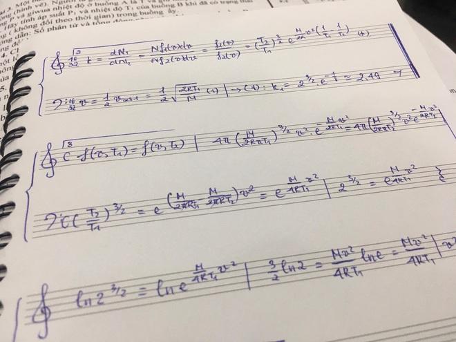 Làm bài tập ngày Tết quá chán, nam sinh quyết định vẽ hẳn khuông nhạc viết lên cho có không khí Xuân - ảnh 1